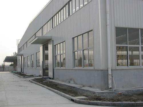 还承揽大小钢结构,厂房,民房,活动板房,仓库,住宅楼,围栏等工程.